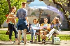 Estudiantes adolescentes con PC de la tableta en el patio de escuela Fotografía de archivo