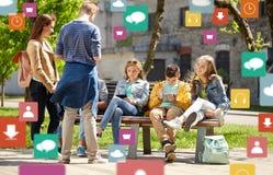 Estudiantes adolescentes con PC de la tableta en el patio de escuela Imagenes de archivo