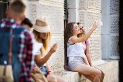 Estudiantes adolescentes delante de la universidad que toma el selfie Imágenes de archivo libres de regalías