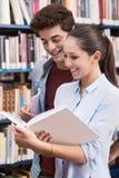 Estudiantes adolescentes en la biblioteca Fotografía de archivo libre de regalías