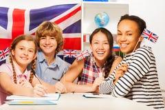 Estudiantes adolescentes felices en los cursos de idiomas Imagen de archivo libre de regalías