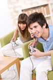 Estudiantes - adolescentes felices que juegan al juego video Imagenes de archivo