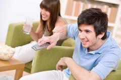 Estudiantes - adolescentes felices que miran la televisión Fotos de archivo