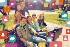 Estudiantes adolescentes felices que toman el selfie por smartphone Fotos de archivo libres de regalías