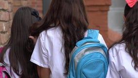 Estudiantes adolescentes femeninos con las mochilas Imagen de archivo