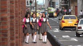 Estudiantes adolescentes femeninos felices que caminan en la acera Imagenes de archivo