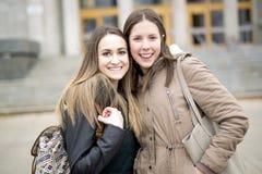 Estudiantes adolescentes hermosos junto afuera en la escuela Foto de archivo libre de regalías
