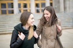 Estudiantes adolescentes hermosos junto afuera en la escuela Foto de archivo