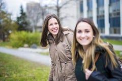 Estudiantes adolescentes hermosos junto afuera en la escuela Imagen de archivo