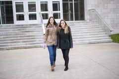 Estudiantes adolescentes hermosos junto afuera en la escuela Fotos de archivo libres de regalías