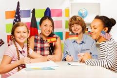 Estudiantes adolescentes multiétnicos en los cursos de idiomas Fotos de archivo