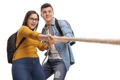 Estudiantes adolescentes que agrupan una cuerda Imágenes de archivo libres de regalías
