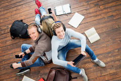 Estudiantes adolescentes que estudian en el piso Imagen de archivo