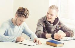 Estudiantes adolescentes que estudian en la lección en la sala de clase Fotografía de archivo libre de regalías