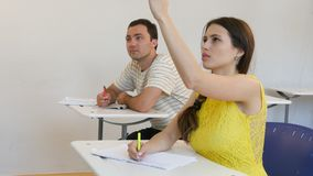 Estudiantes adolescentes que estudian en la pregunta de contestación de la sala de clase Imagen de archivo