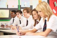 Estudiantes adolescentes que estudian en sala de clase Fotos de archivo libres de regalías