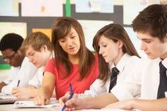 Estudiantes adolescentes que estudian en sala de clase Fotografía de archivo libre de regalías