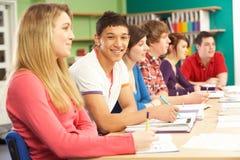 Estudiantes adolescentes que estudian en sala de clase Imágenes de archivo libres de regalías