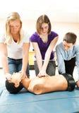 Estudiantes adolescentes que practican el CPR Imágenes de archivo libres de regalías