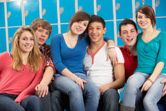 Estudiantes adolescentes que se relajan por la escuela de Lockers In Imagenes de archivo