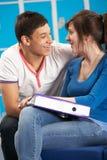 Estudiantes adolescentes que se relajan por la escuela de Lockers In Fotografía de archivo