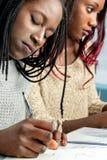 Estudiantes adolescentes que trabajan en el escritorio Fotos de archivo