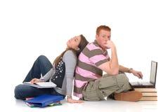Estudiantes adolescentes que trabajan en la computadora portátil Imagenes de archivo