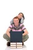 Estudiantes adolescentes que trabajan en la computadora portátil Fotografía de archivo libre de regalías