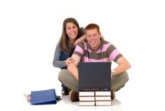 Estudiantes adolescentes que trabajan en la computadora portátil Foto de archivo libre de regalías