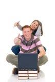Estudiantes adolescentes que trabajan en la computadora portátil Imagen de archivo