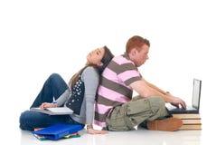 Estudiantes adolescentes que trabajan en la computadora portátil Fotos de archivo libres de regalías