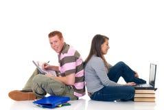 Estudiantes adolescentes que trabajan en la computadora portátil Fotos de archivo