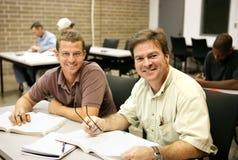 Estudiantes adultos de Ed en clase Imagen de archivo