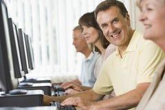 Estudiantes adultos en los ordenadores Imagen de archivo