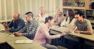Estudiantes adultos en sala de clase foto de archivo