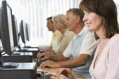 Estudiantes adultos en un laboratorio del ordenador Imagen de archivo libre de regalías