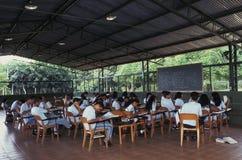 Estudiantes adultos jovenes en sala de clase Imagenes de archivo