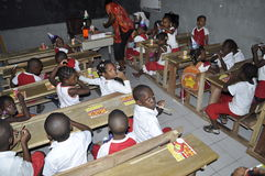 ESTUDIANTES AFRICANOS EN CLASE Foto de archivo libre de regalías