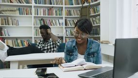 Estudiantes africanos en la biblioteca almacen de metraje de vídeo