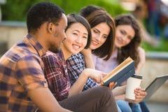 Estudiantes al aire libre Foto de archivo libre de regalías
