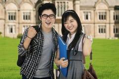 Estudiantes atractivos que expresan el éxito al aire libre Imagen de archivo
