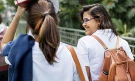Estudiantes camino de su casa de la escuela Imagen de archivo libre de regalías
