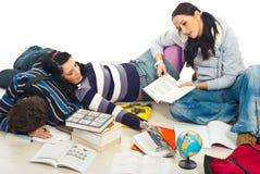 Estudiantes cansados de estudiar Foto de archivo libre de regalías