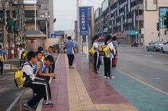 Estudiantes chinos camino de casa de la escuela Fotografía de archivo
