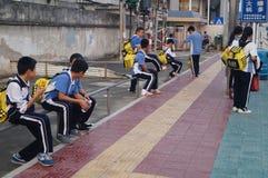 Estudiantes chinos camino de casa de la escuela Imagen de archivo libre de regalías