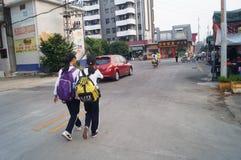 Estudiantes chinos camino de casa de la escuela Imagenes de archivo