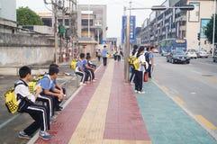 Estudiantes chinos camino de casa de la escuela Foto de archivo