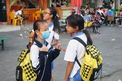 Estudiantes chinos camino de casa de la escuela Fotos de archivo libres de regalías