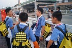 Estudiantes chinos camino de casa de la escuela Imagen de archivo