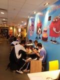 Estudiantes chinos de la escuela secundaria en el restaurante del ` s de McDonald Imagen de archivo